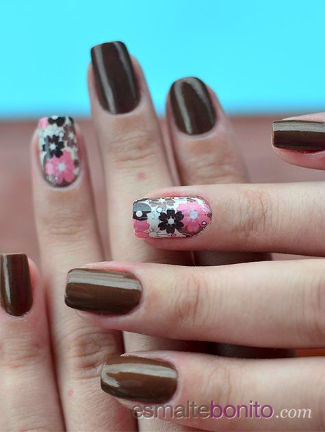 Unhas com florzinhas marrom e rosa