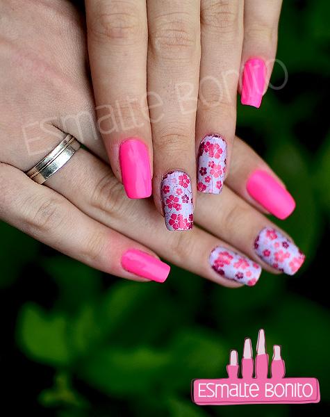 Unhas com Adesivo de Florzinhas Rosas e Roxas