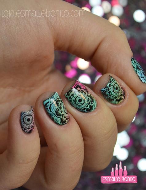 Unhas Degradês com Carimbada de Mandala Floral